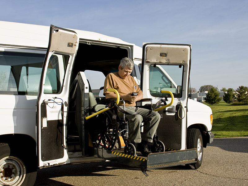 Eine Hebebühne seitlich am Auto zur Verladung des Rollstuhls.