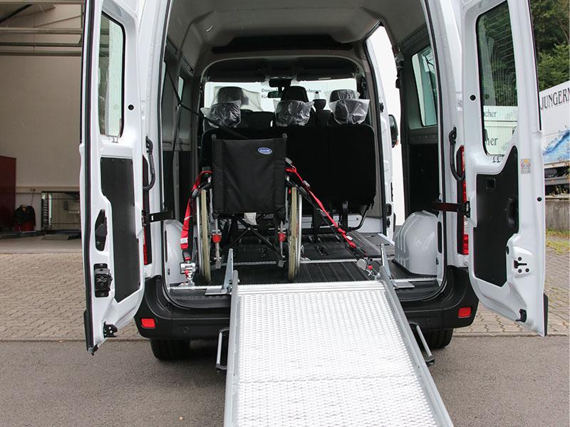 Eine einklappbare Rollstuhlrampe zur Rollstuhlverladung im Bus