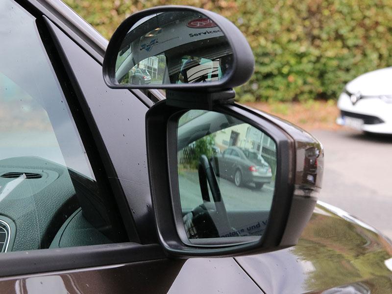 Ein zusätzlicher Außenspiegel für den Fahrschulwagen
