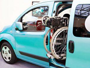 Ein Rollstuhllift für Autos von Selbstfahrer.